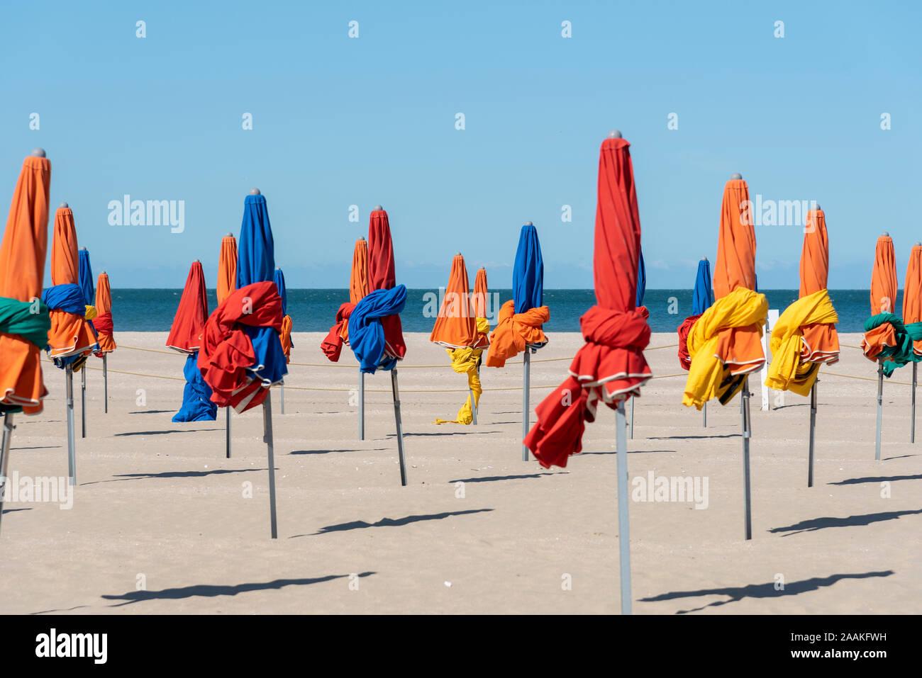 Sonnenschirme am Strand von Deauville, Normandie, France Stock Photo