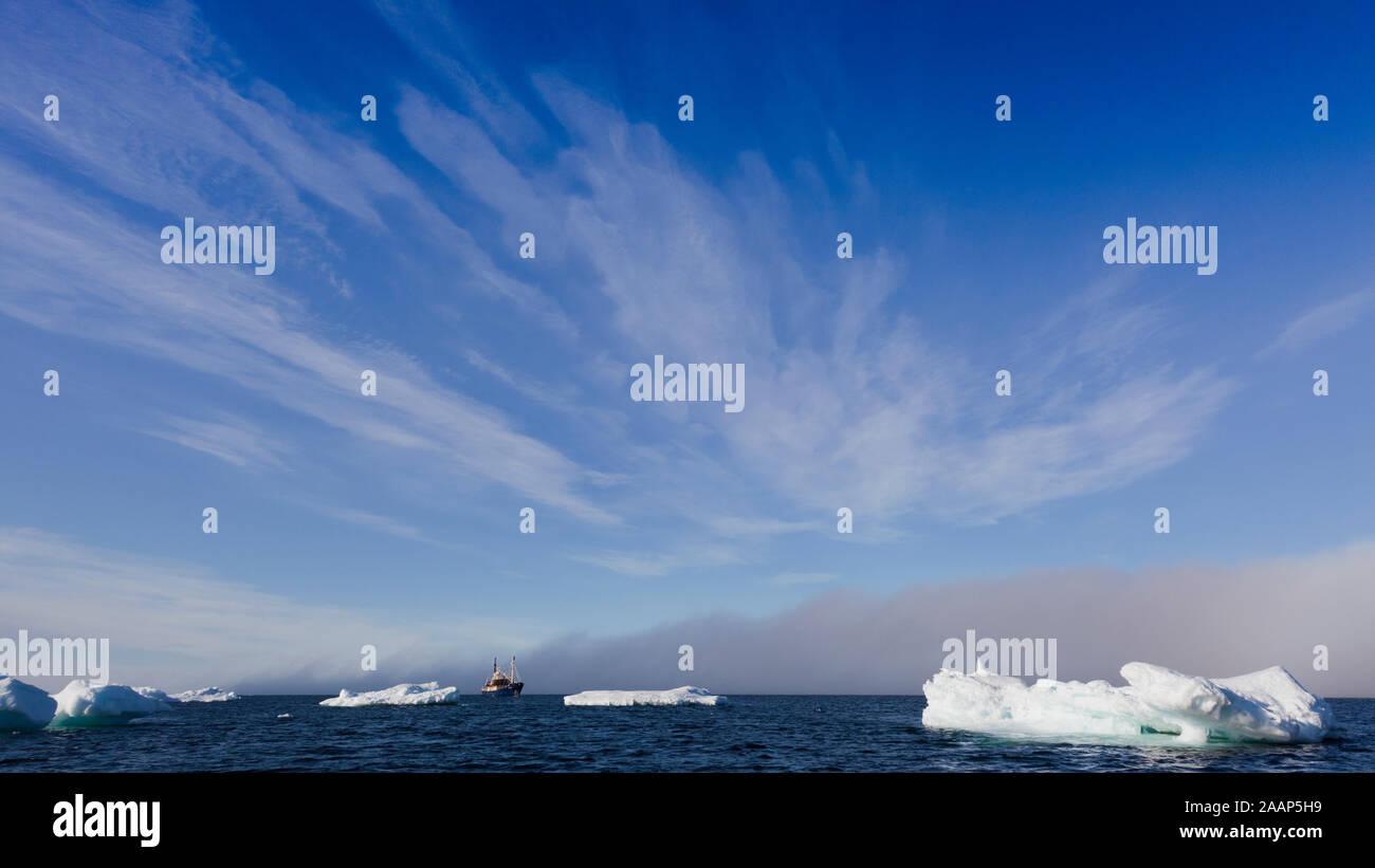 MS Stockholm zwischen Eisberg im Polarmeer treibend Spitzbergen Norwegen Stock Photo