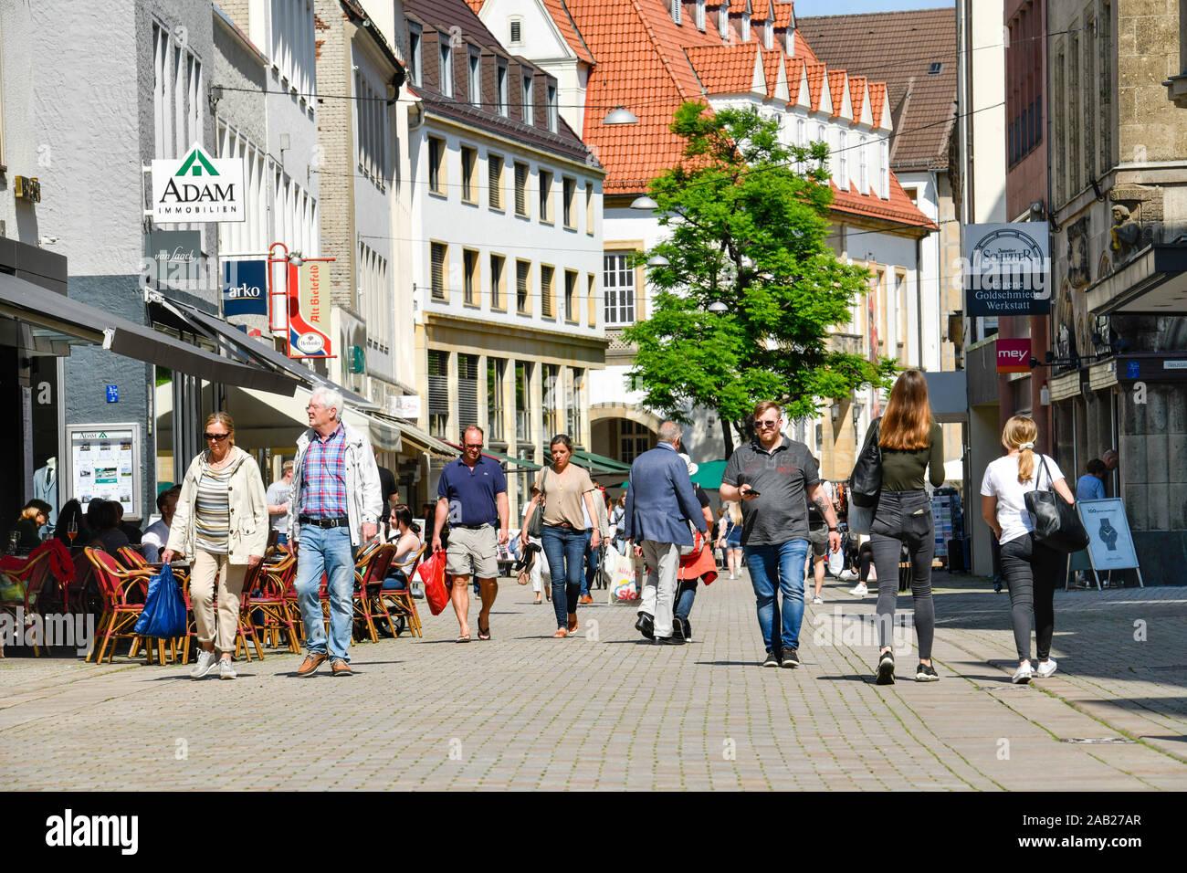 Straßenszene, Einkaufstraße Obernstraße, Bielefeld, Nordrhein-Westfalen, Deutschland Stock Photo