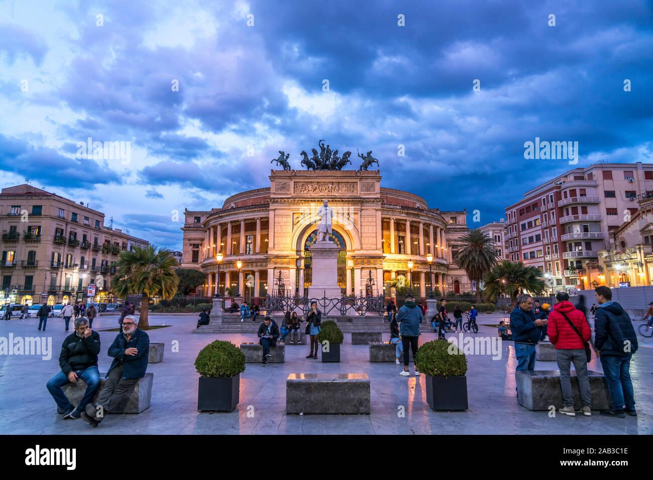 Theater Teatro Politeama Garibaldi in der Abenddämmerung, Palermo, Sizilien, Italien, Europa  | theatre Teatro Politeama Garibaldi at dusk,  Palermo, Stock Photo