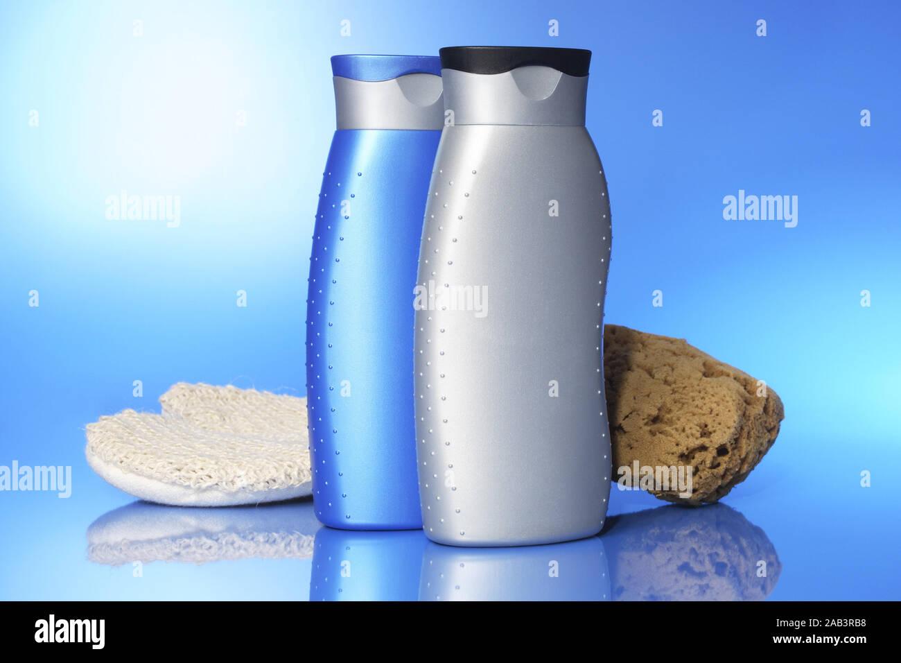 Duschgel mit Massagehandschuh und Schwamm Stock Photo