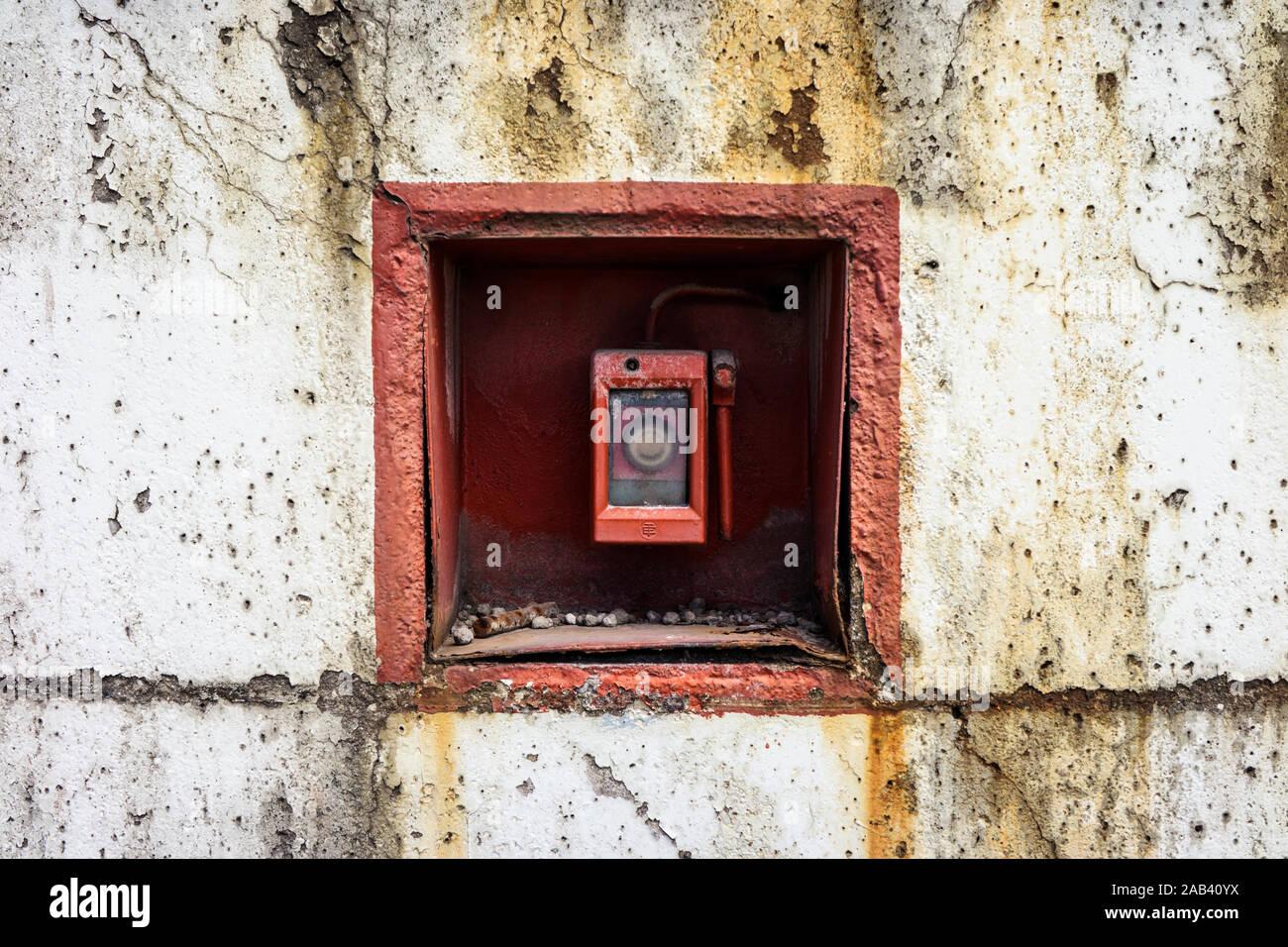 Notschalter an einem altem Lagerhaus im Hafen |Emergency switch to a warehouse in the port| Stock Photo