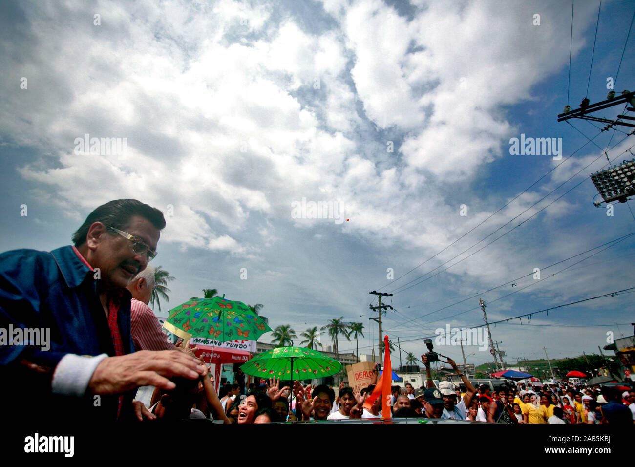 """Former president of the Philippines,  Joseph """"Erap"""" Estrada, visits Tondo as supporters welcomes him warmly. The ex-president was disposed and jailed due to charges of corruption, but was pardoned recently by current President Gloria Macapagl Arroyo. Tongo, Philipines. November 03, 2007. Stock Photo"""