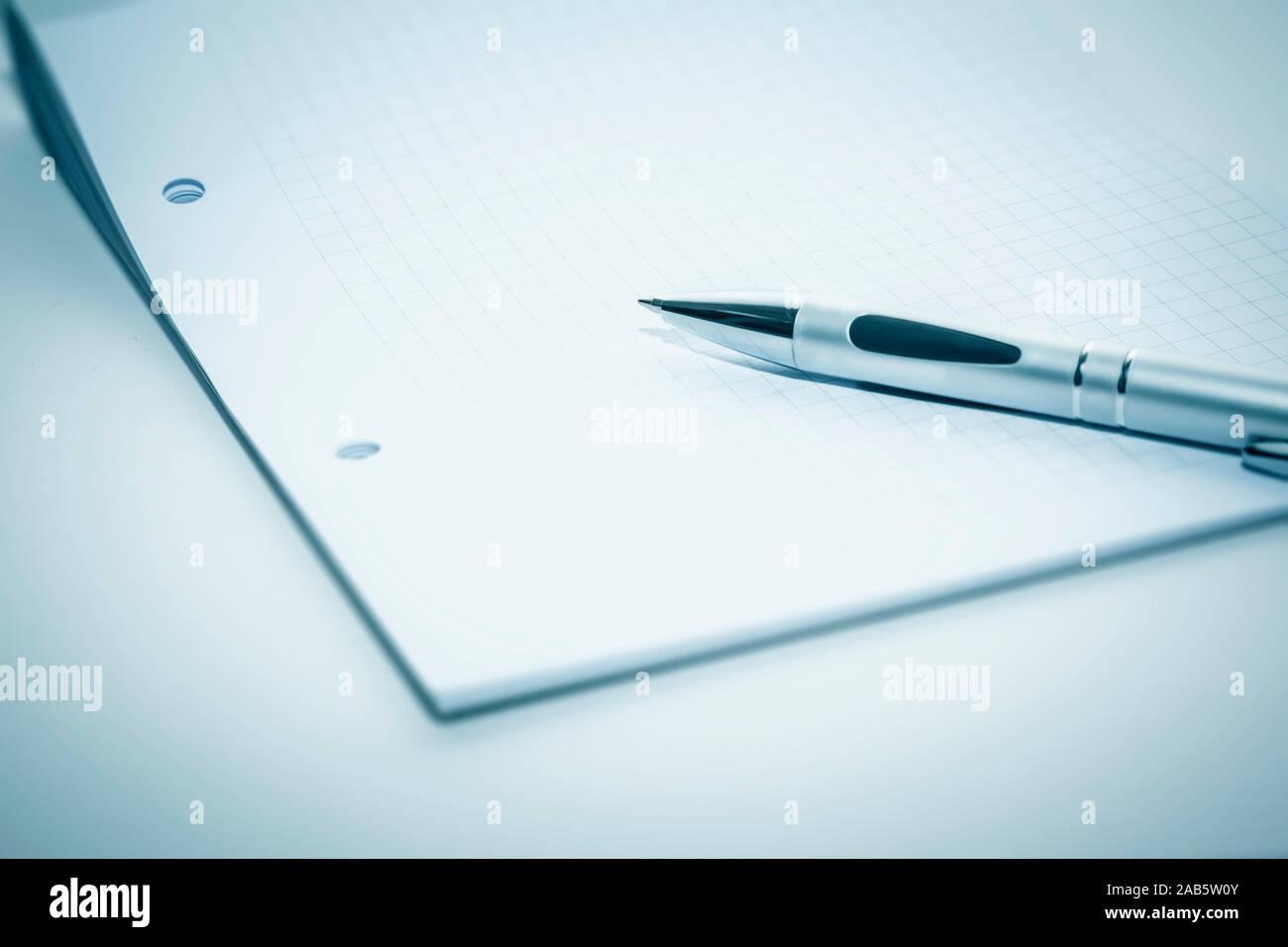 Block und Kugelschreiber vor weissem Hintergrund Stock Photo