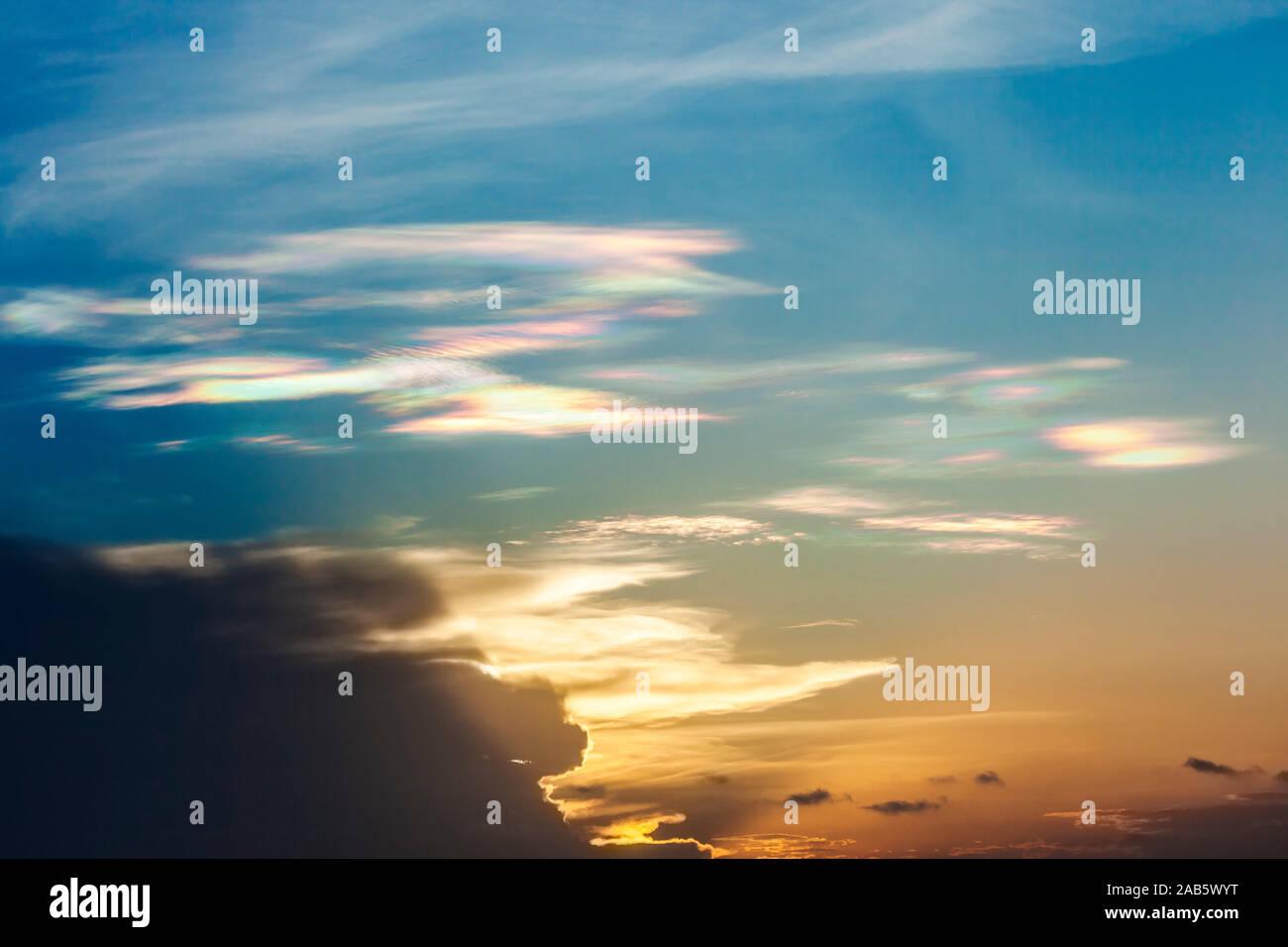Wolken, die durch einen Sonnenuntergang in verschiedene Farben getaucht sind. Stock Photo