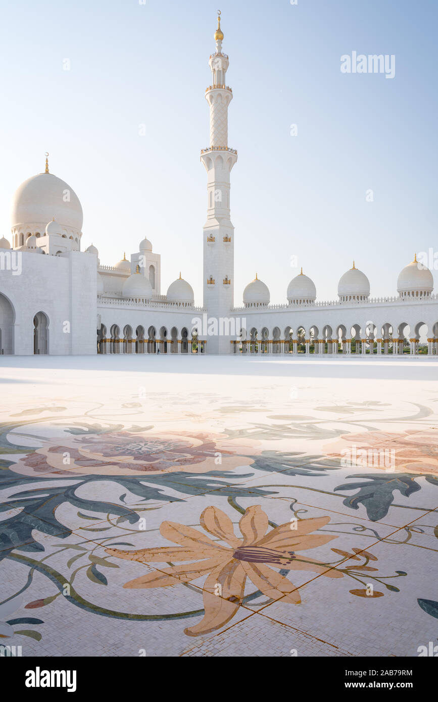 The Beautiful Sheikh Zayed Mosque In Abu Dhabi United Arab Emirates On A Sunny Day Stock Photo Alamy