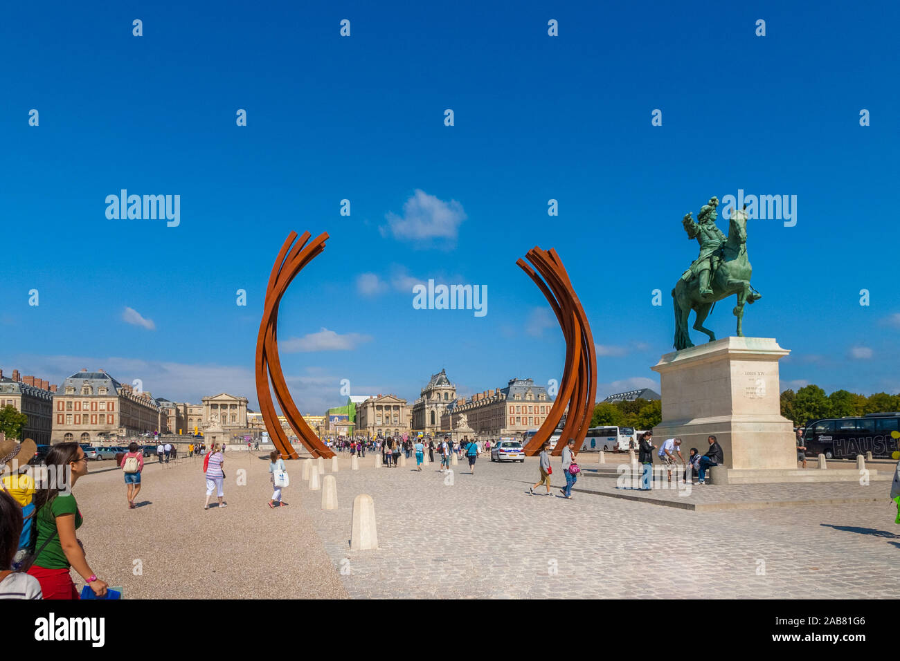 Lovely view of the Louis XIV equestrian statue and the sculpture 85.8° Arc x 16 on Place d'Armes with the Château de Versailles in the background. Stock Photo