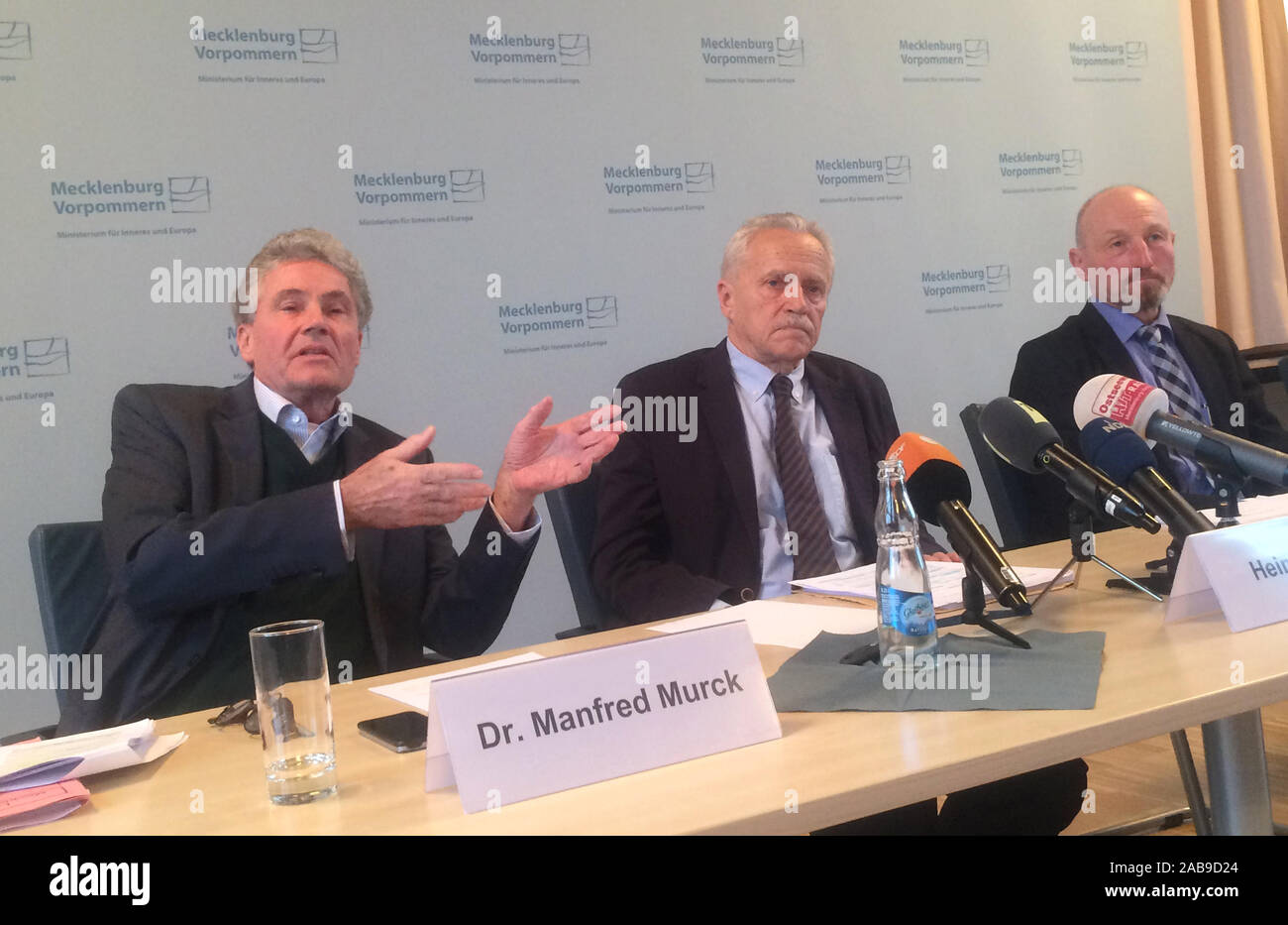 Schwerin, Germany. 26 November 2019, Mecklenburg-Western Pomerania, Schwerin: The members of the Expert Commission (l-r), Manfred Murck, sociologist at Johann Wolfgang Goethe University Frankfurt am Main, Heinz Fromm, President of the former Federal Office for the Protection of the Constitution, and Friedrich Eichele, President of the Directorate of the Federal Readiness Police a. D., were all members of the Expert Commission. D. Credit: dpa picture alliance/Alamy Live News Stock Photo