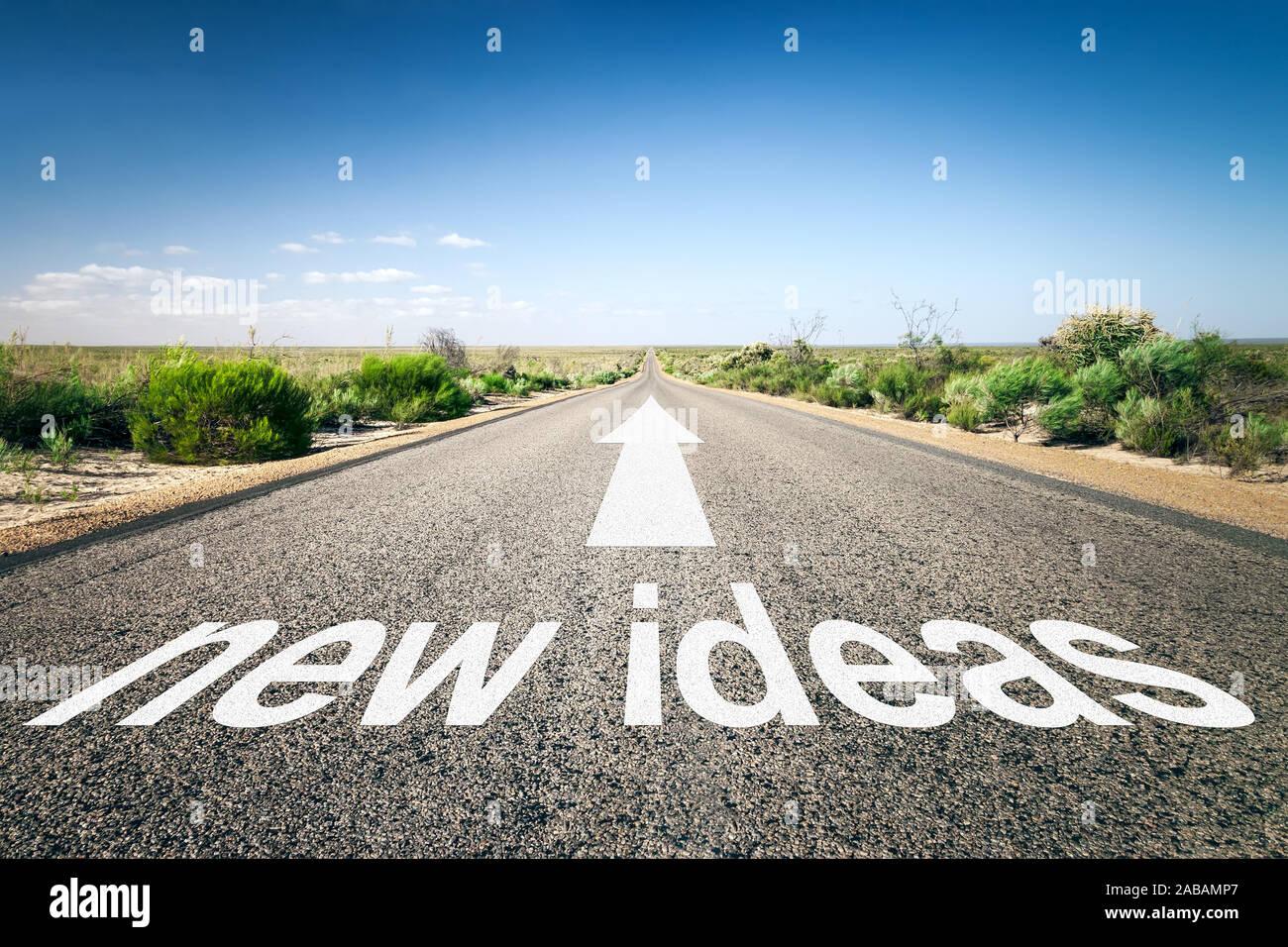 """Eine unendlich lange Strasse mit der wegweisenden Aufschrift: """"new ideas"""" Stock Photo"""