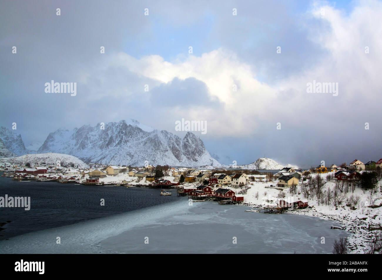 Reine auf den Lofoten mittags an einem Wintertag, Norwegen. Stock Photo