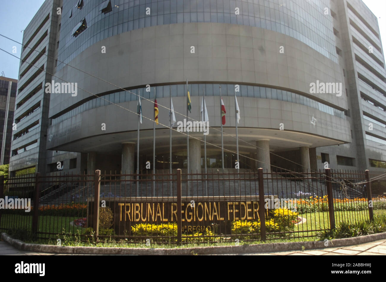 Porto Alegre, Brazil. 25th Nov, 2019. Federal Regional Court of the 4th Region (TRF 4), in Porto Alegre (RS), on Monday (25), where will be the judgment of the appeal of former President Luiz Inacio Lula da Silva, about the Atibaia Site process. The area received reinforcement in policing Credit: Omar de Oliveira/FotoArena/Alamy Live News Stock Photo