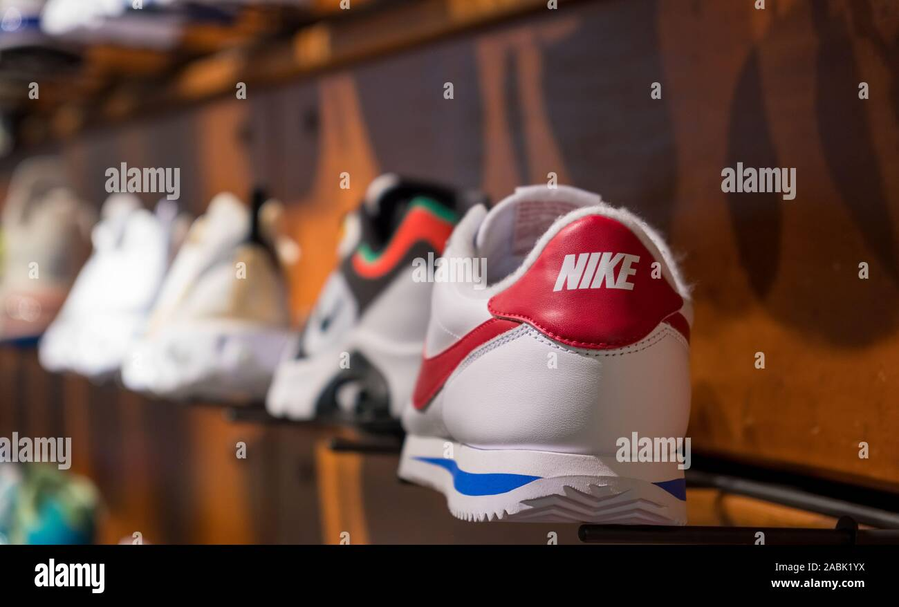 Escultura Metro Microprocesador  Nike Shoes Display High Resolution Stock Photography and Images - Alamy