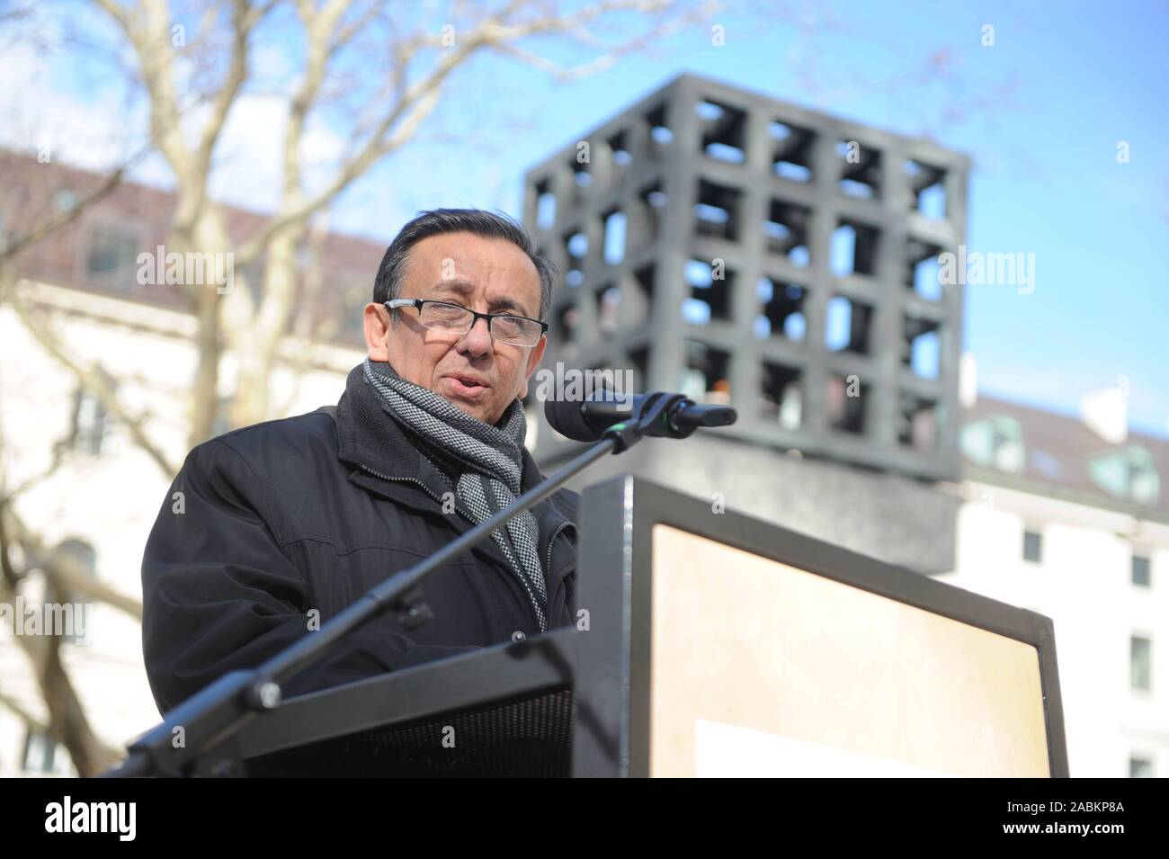 Erich Schneeberger, state chairman of the Association of German Sinti and Roma, speaks at a ceremony commemorating the 141 Sinti and Roma from Munich and the surrounding area who were deported by the Nazis on the Square of Victims of National Socialism. [automated translation] Stock Photo