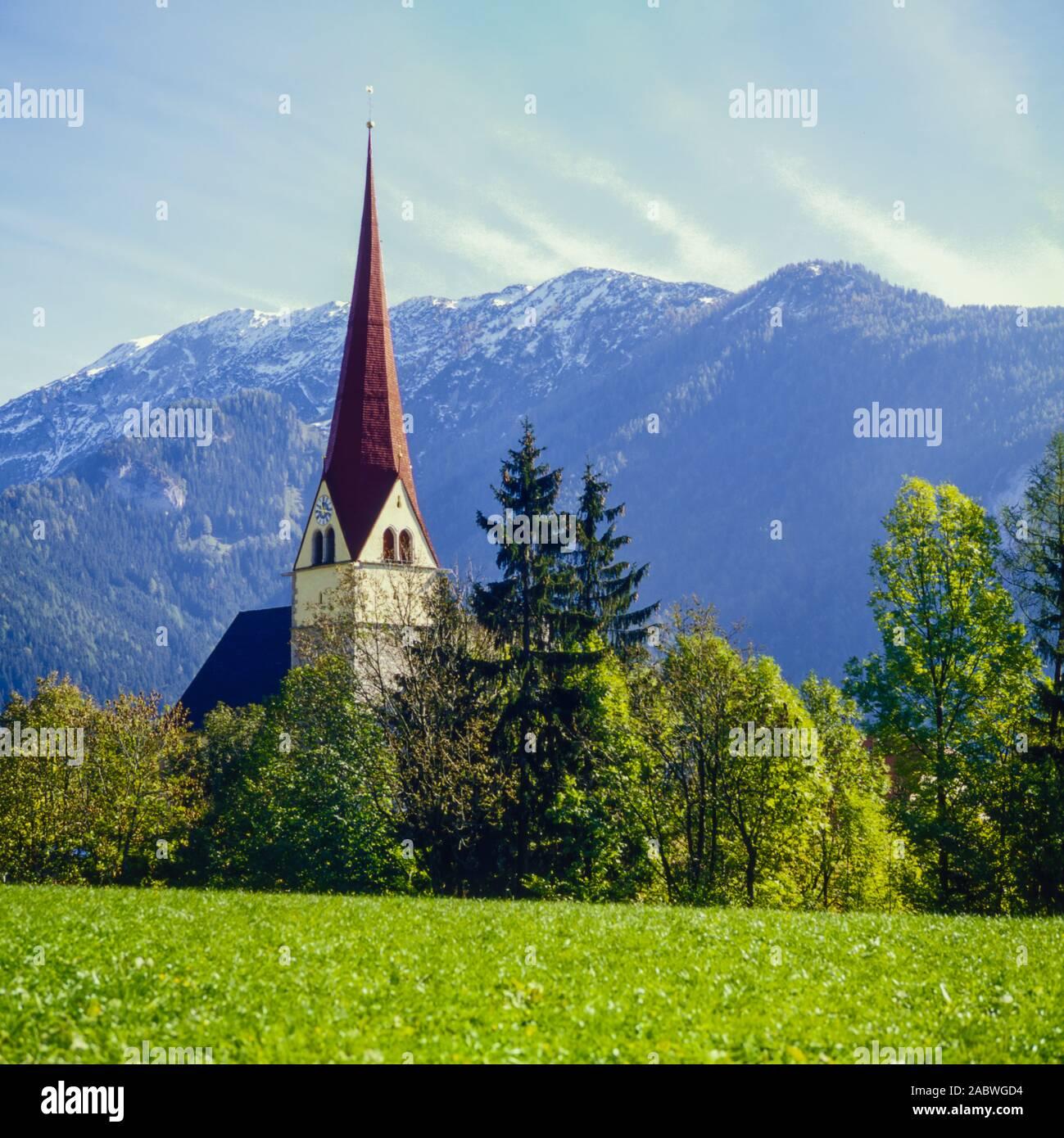 kirche von achenkirch, tirol, vor hochgebirgs-gebirgspanorama. church of achenkirch, tyrol in front of mountainridge. Stock Photo