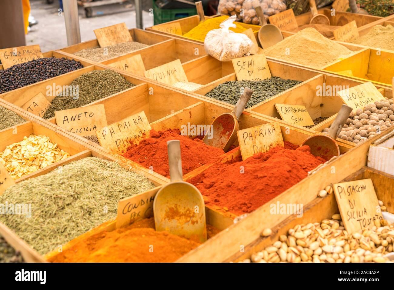 Gewürze und Nüsse auf dem Markt,  Insel Ortigia, Syrakus, Sizilien, Italien, Europa     spices and nuts on the market, Ortygia island,  Syracuse, Sici Stock Photo