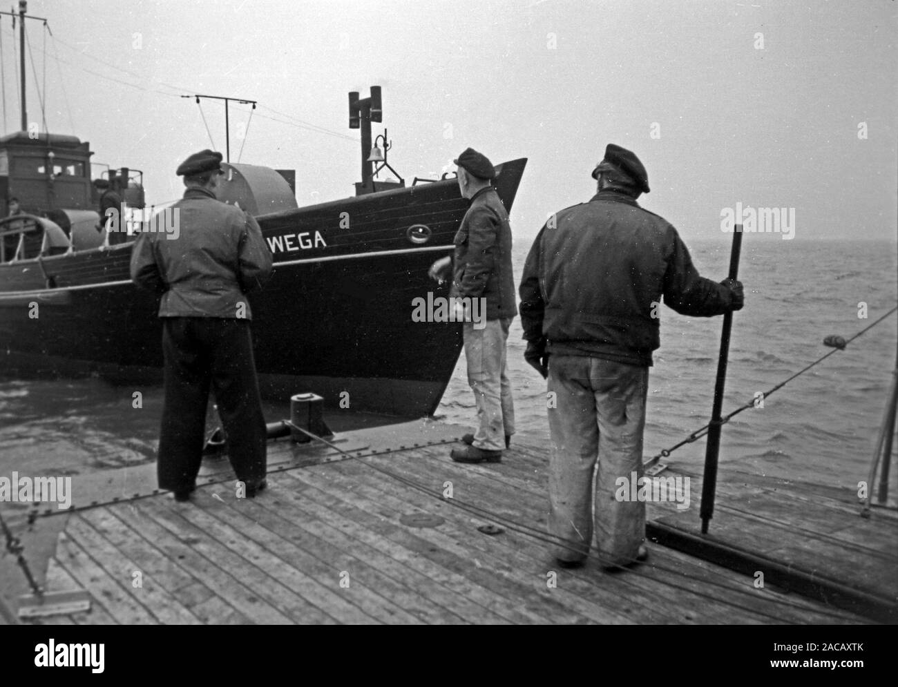 Schiffsarbeiter setzen Bojen, Emden, Niedersachsen, Deutschland, 1950. Ship workers put buoys, Emden, Lower Saxony, Germany, 1950. Stock Photo