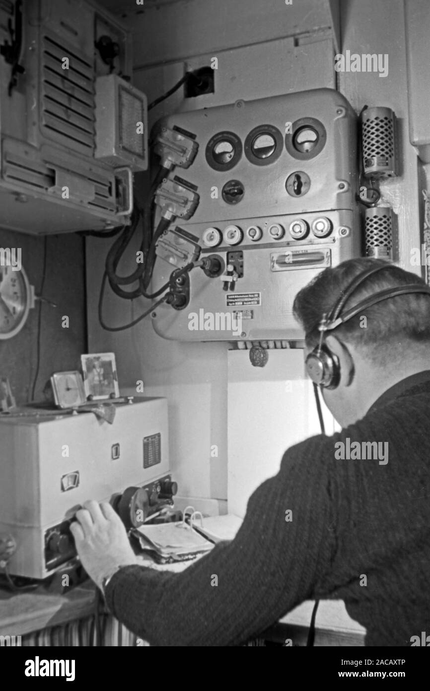Funker an Board, Emden, Niedersachsen, Deutschland, 1950. Radio operator on board, Emden, Lower Saxony, Germany, 1950. Stock Photo
