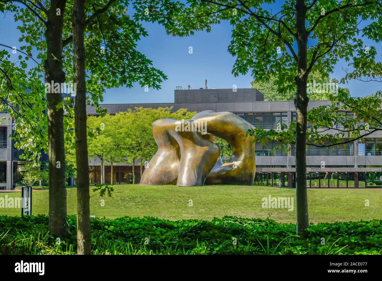 """Skulptur von Henry Moore """"Large Two Forms"""" , Bundesministerium für wirtschaftliche Zusammenarbeit und Entwicklung, ehemaliges Bundeskanzleramt, Strese Stock Photo"""
