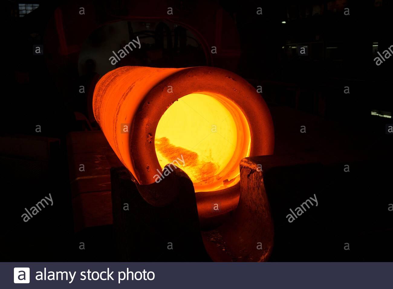 Glühendes Rohr in einem Stahlwerk Stock Photo