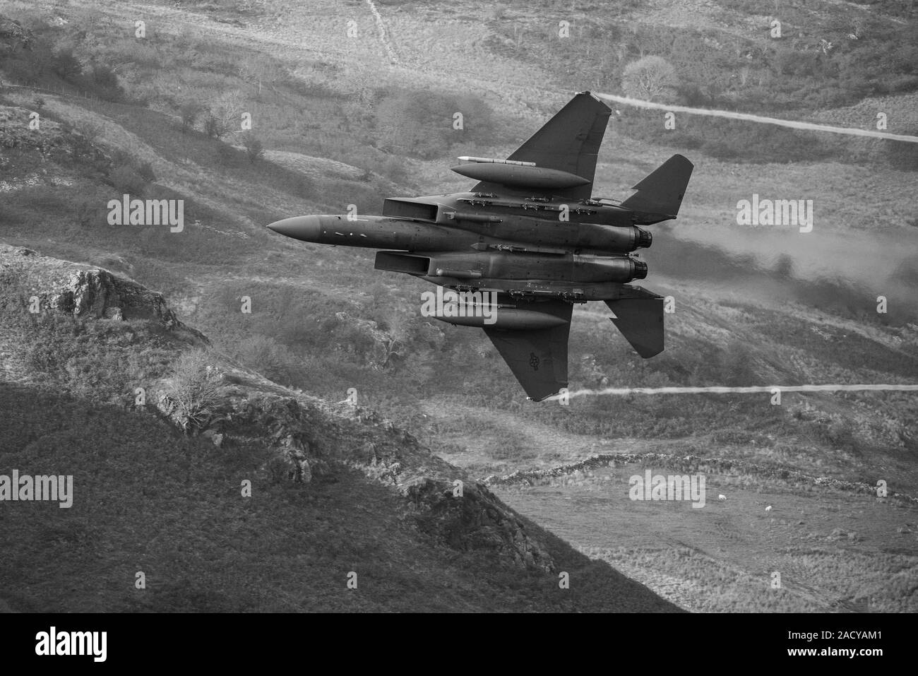 F-15 Eagle, USAF Mc Donnell Douglas low-level fighter jet flying from Valley Anglesey through the Mach Loop in Cadair Idris Wales Stock Photo
