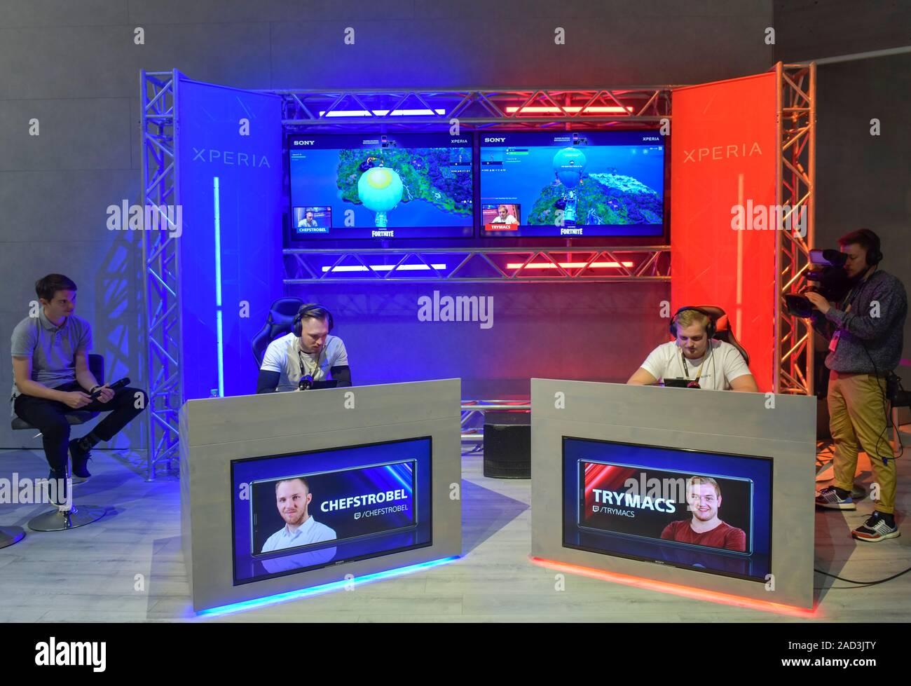 Computerspiel Fortnite auf dem Sony Experia mit dem PS 4 Controller. Sony, Internationale Funkaustellung, Berlin 2019, Deutschland Stock Photo