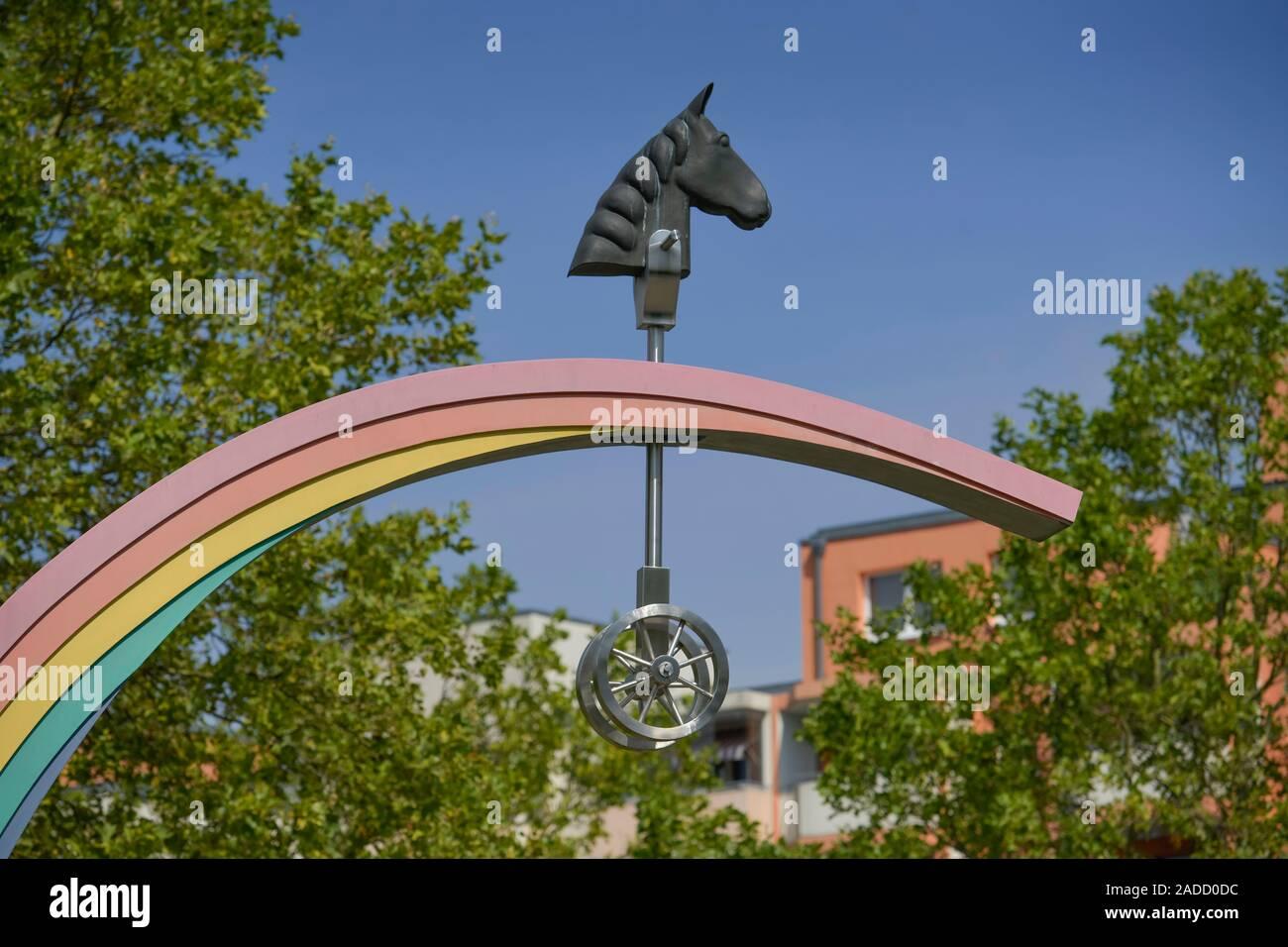"""Skulptur """"Steckenpferd sucht Regenbogen"""" von Rüdiger Roehl und Jan Skuin, Wörlitzer Straße, Havemannstraße, Ahrensfelde, Marzahn, Berlin, Deutschland Stock Photo"""