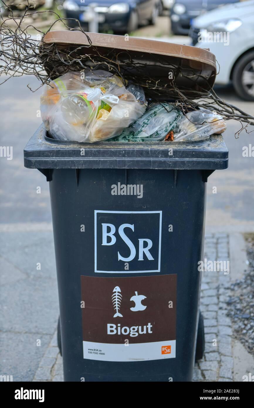 Biogut Mülleimer, BSR, falsch befüllt, Plastik Abfall, Mitte, Berlin, Deutschland Stock Photo