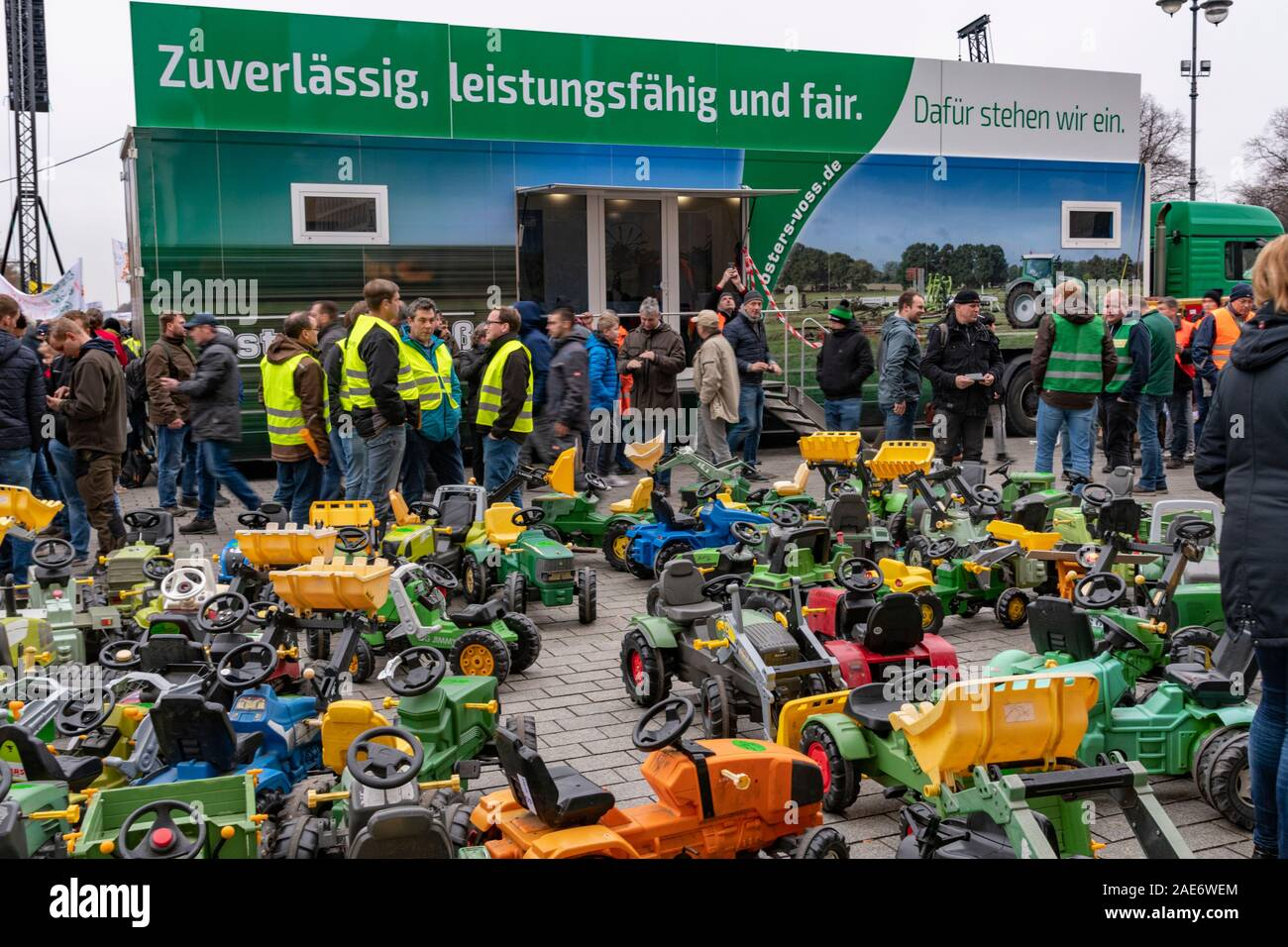 Germany, Brandenburg Gates, Berlin. 26/11/2019: An estimated 40,000 German farmers gathered at Brandenburg Tor in the centre of Berlin in protest against the governments new Agricultural Policy of Environmental Pretection combined with falling prices are damaging their businesses. Stock Photo