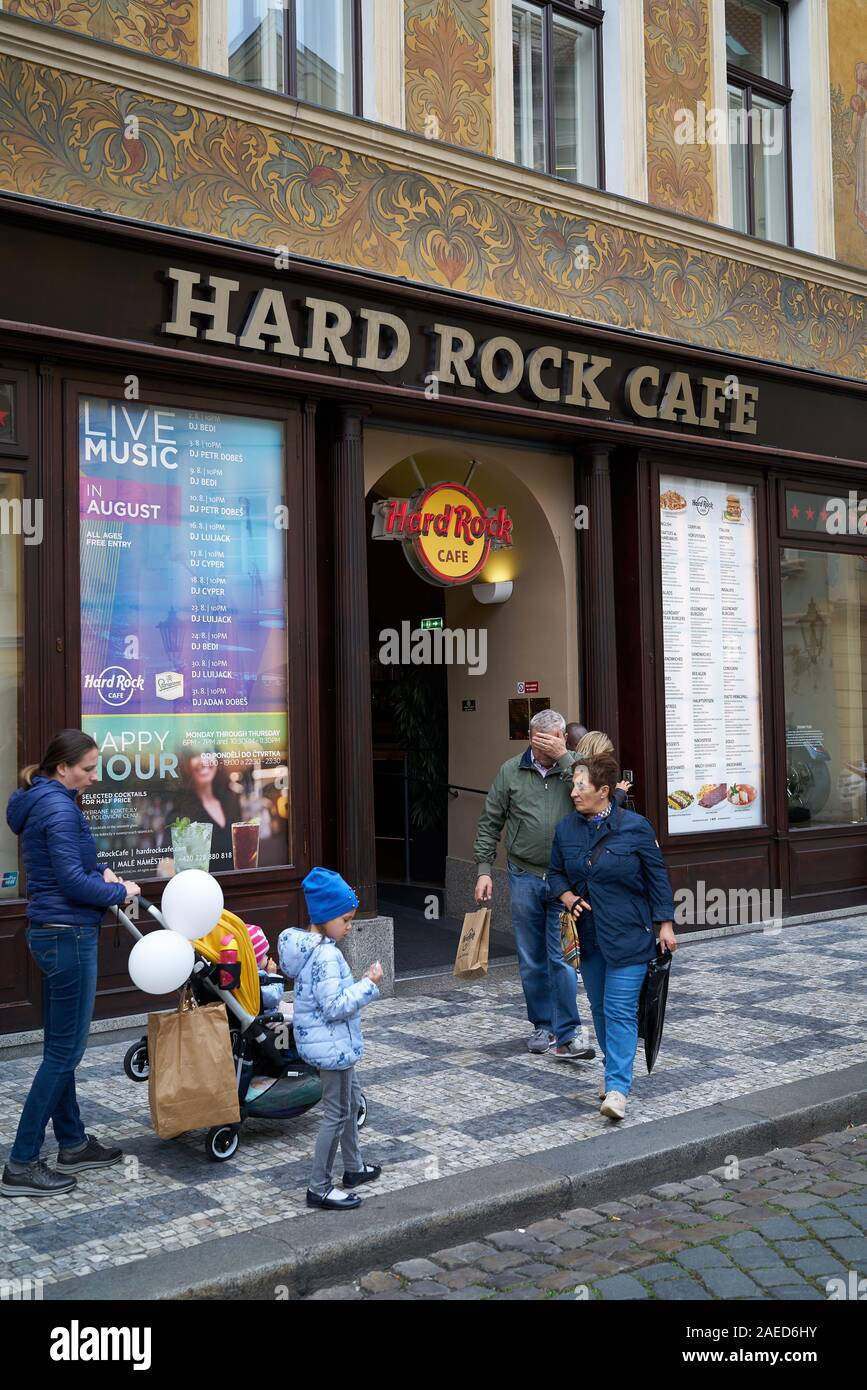 """Tourists in front of the popular Hard Rock Cafe in the historic house """"U Rotta"""" in the Old Town of Prague. Stock Photo"""