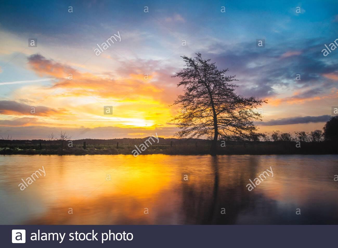 Sonnenaufgang am Fluß Hamme, bei Worpswede im Teufelsmoor. Hammeniederung im Landkreis Osterholz in Niedersachsen. Stock Photo