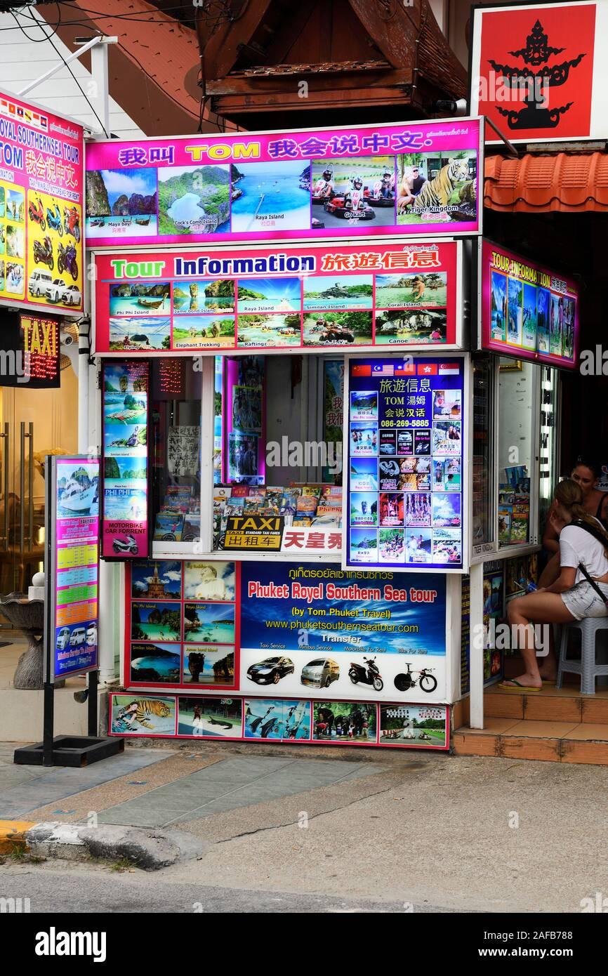 typischer Straßenstand für die Buchung von Touren und Ausflügen, Patong Beach, Phuket, Thailand Stock Photo