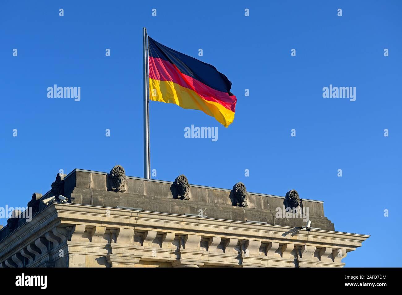 Deutschlandfahne auf einem der Tuerme des  Reichstag Berlin, Berlin, Deutschland, Europa Stock Photo