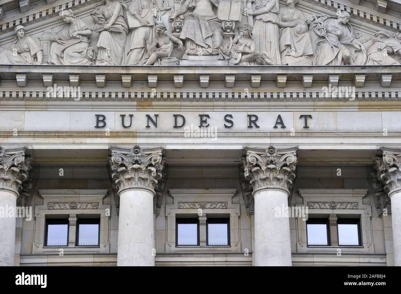 Schriftzug Bundesrat im Giebel, Tympanon ueber dem Hauptportal des Gebaeude des Bundesrat in Berlin, Deutschland, Europa Stock Photo