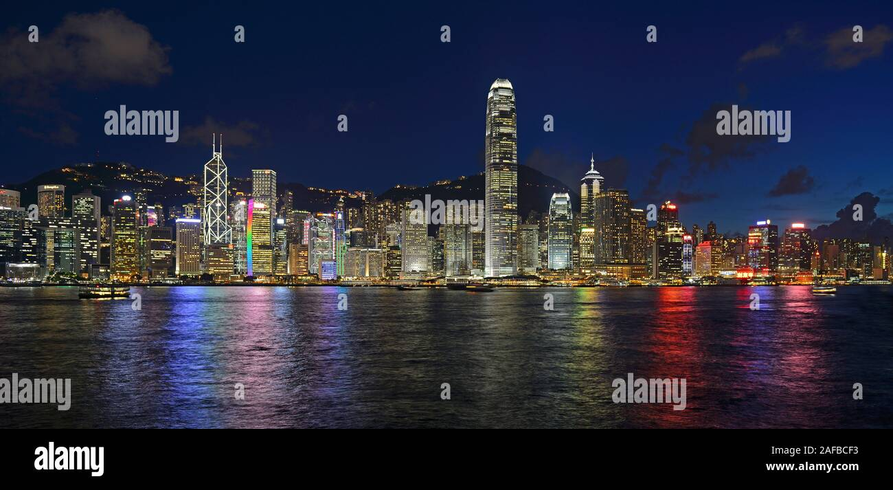 Blick zur blauen Stunde von Kowloon auf die Skyline auf Hongkong Island am Hongkong River, Central, mit Bank of China ganz links und dem IFC Tower rec Stock Photo