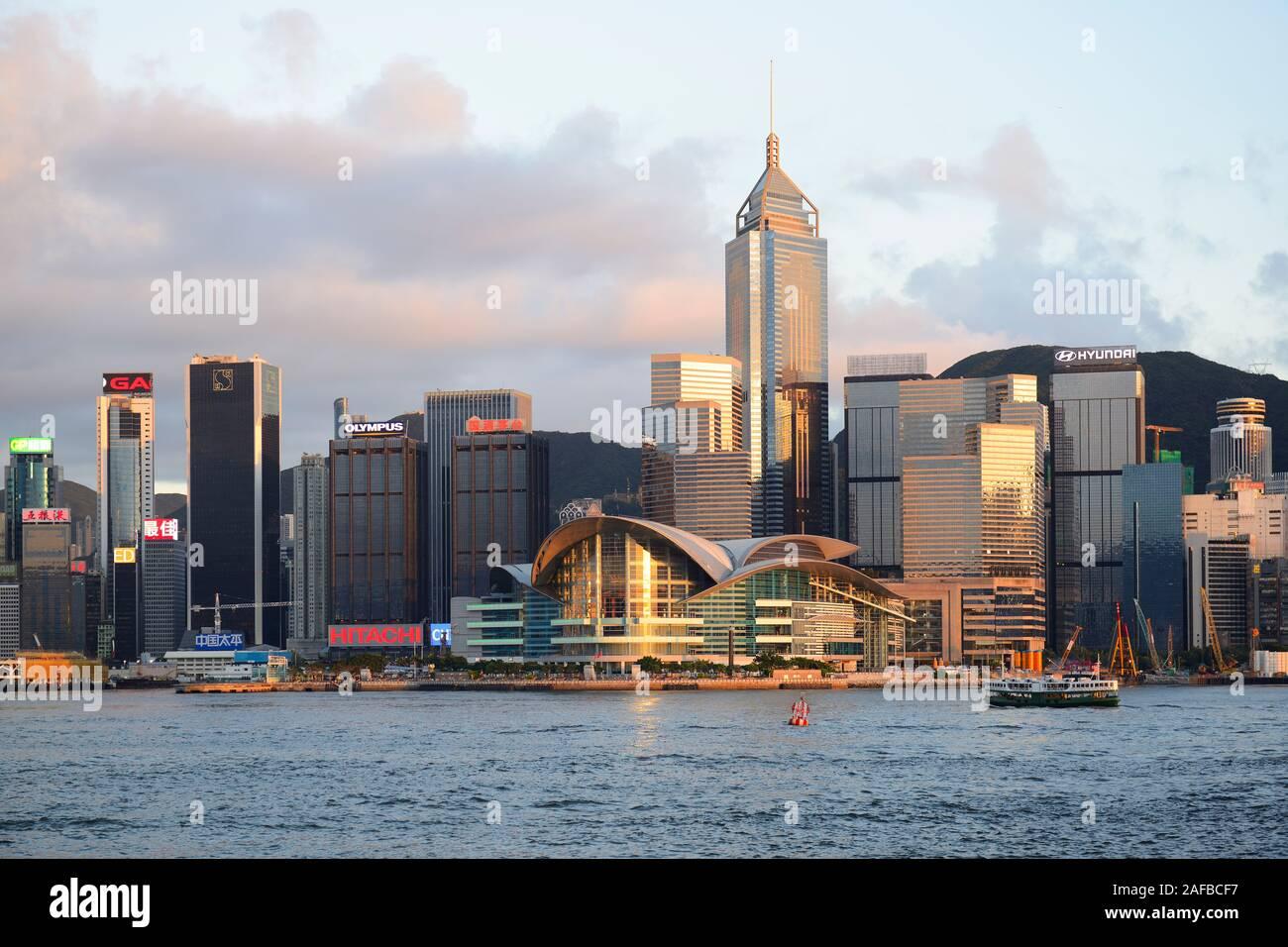 Blick von Kowloon bei Sonnenuntergang auf die Skyline auf Hongkong Island am Hongkong River, Central, mit dem International Conference Center , Hongko Stock Photo