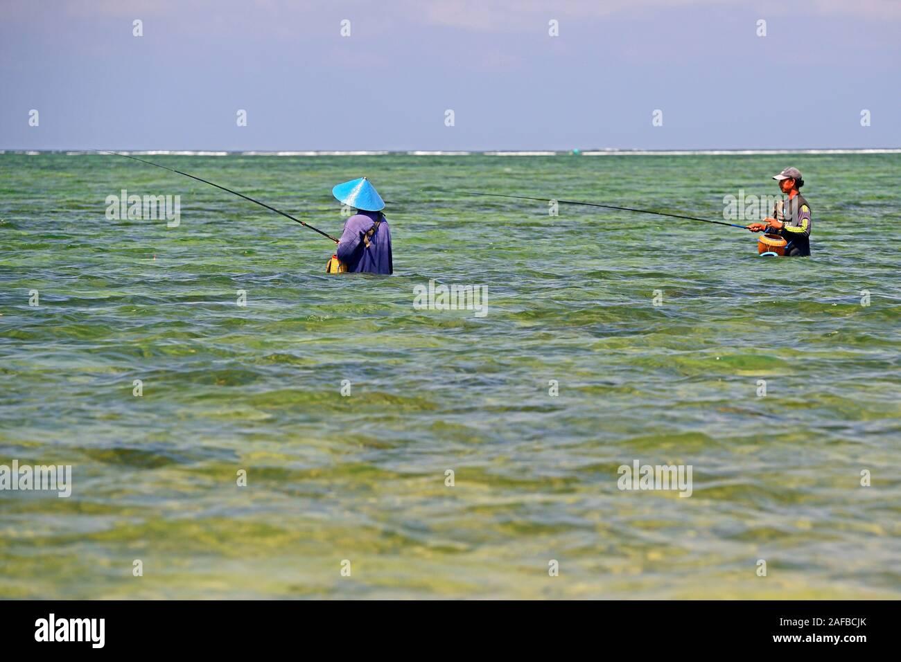 Angler im Wasser am Strand von Sanur , Bali, Indonesien Stock Photo