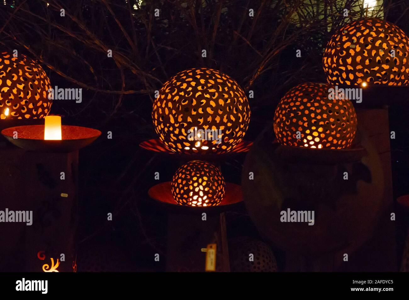 Beleuchtete Kugeln, Lichtspiele auf dem Weihnachtsmarkt in Baden-Baden Stock Photo