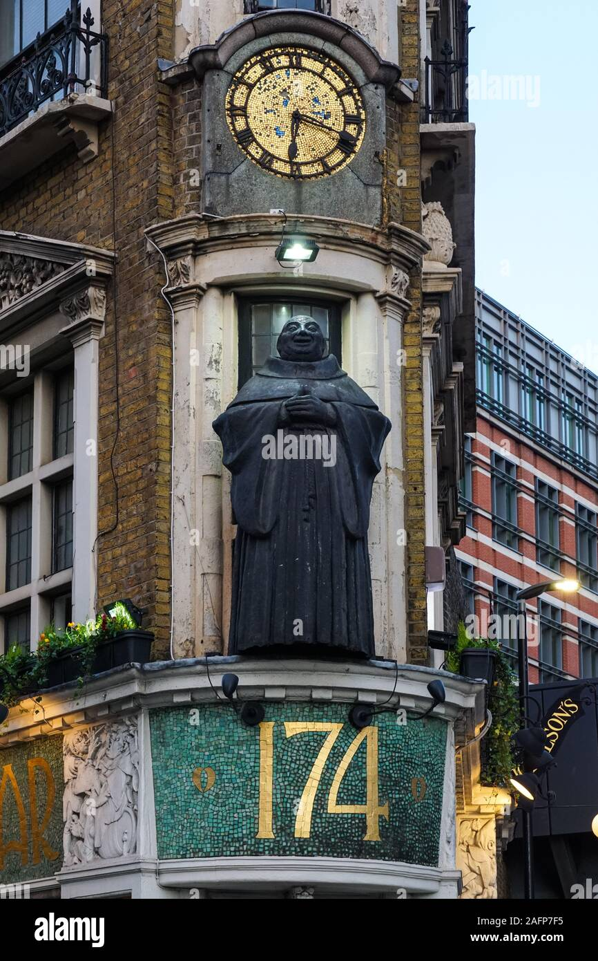Monk statue at the front of The Black Friar pub in Blackfriars, London, England United Kingdom UK Stock Photo