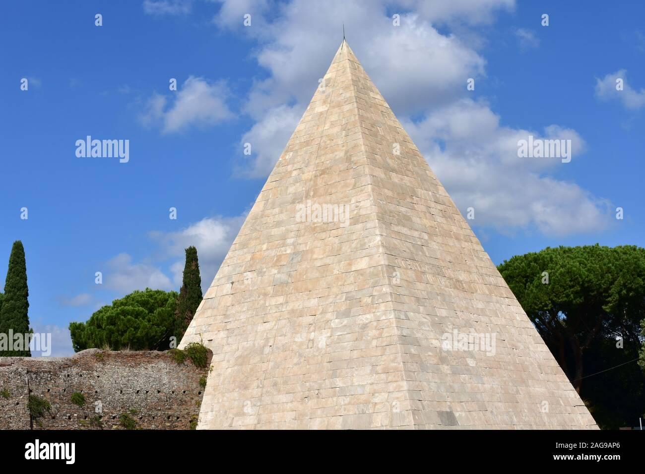 Piramide di Caio Cestio (Pyramid of Cestius) also known as Piramide Cestia. Rome, Italy. Stock Photo