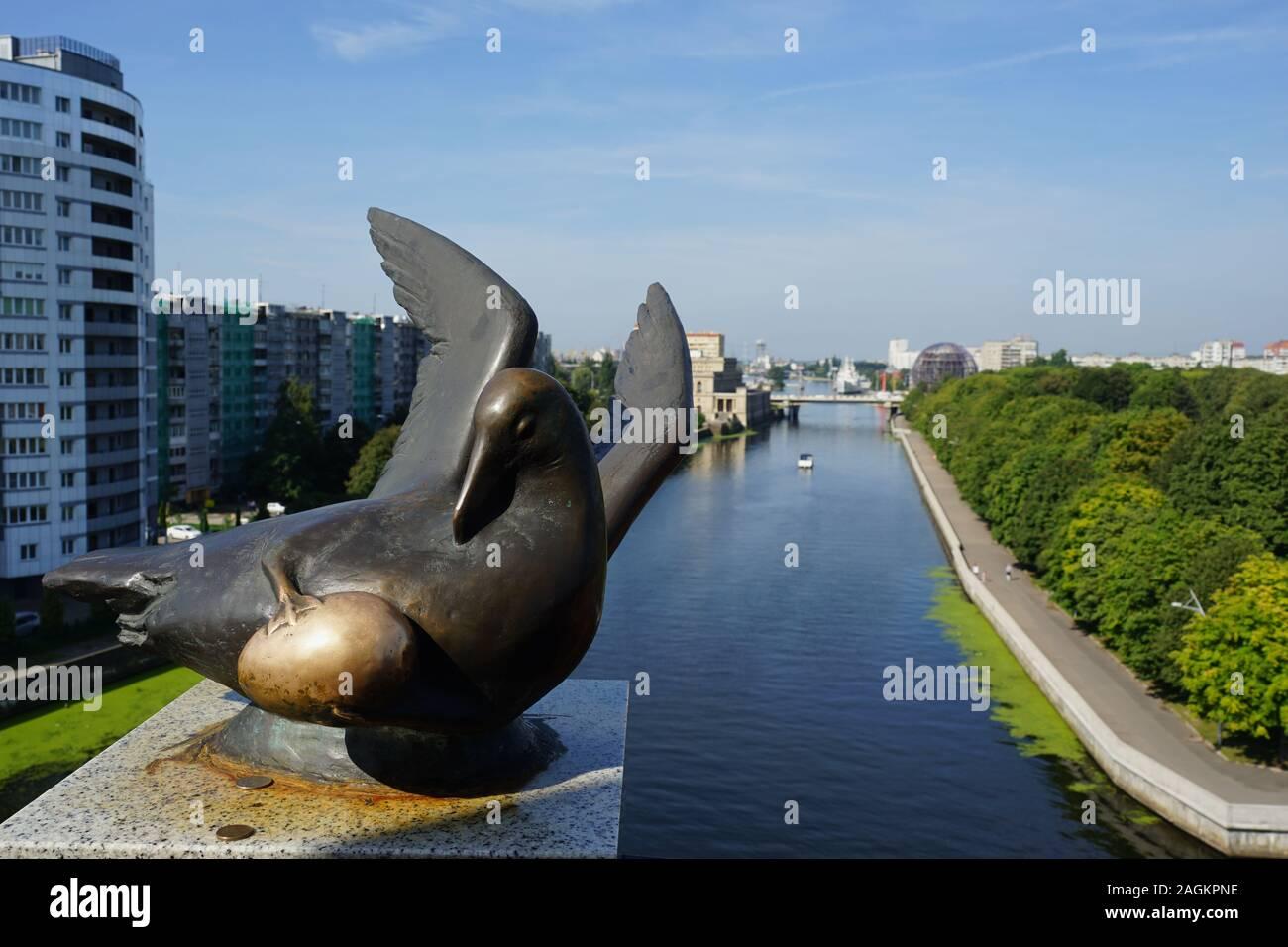 Bronze-Skulptur, Vogel des Glücks, Möwe mit einem Ei, Aussichtsplattform des Leuchtturm, Fischdorf, Kaliningrad, Russland Stock Photo