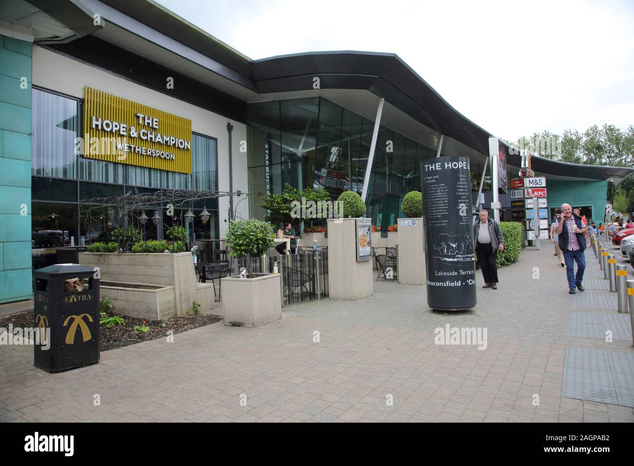 beaconsfield-service-station-on-m40-buckinghamshire-england-the-horse-and-champion-weatherspoons-pub-2AGPAB2.jpg