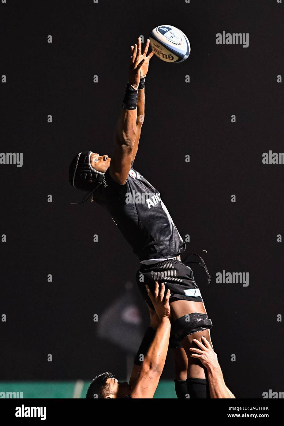 LONDON, UNITED KINGDOM. 20th, Sep 2018. Maro Itoje of Saracens caught the ball in line-out during Gallagher Premiership Rugby match between Saracens vs Bristol Bears at Allianz Park on Thursday, 20 September 2018. LONDON England .  (Editorial use only, license required for commercial use. No use in betting, games or a single club/league/player publications.) Credit: Taka G Wu/Alamy Live News Stock Photo
