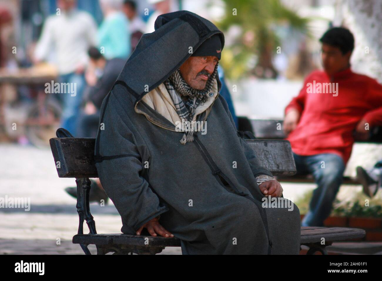 An Old Tunisian Man Dressed In A Traditional Robe Sitting On A Bench Ni The Square In Sousse Tunisia Stock Photo Alamy