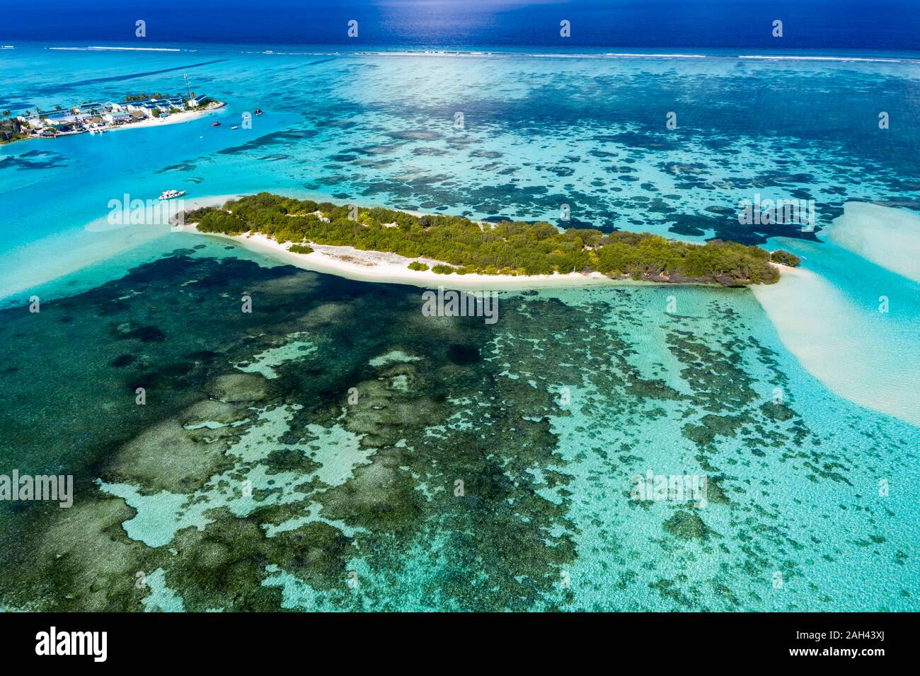 Maldives, South Male Atoll, Kaafu Atoll, Aerial view of small island and reef Stock Photo