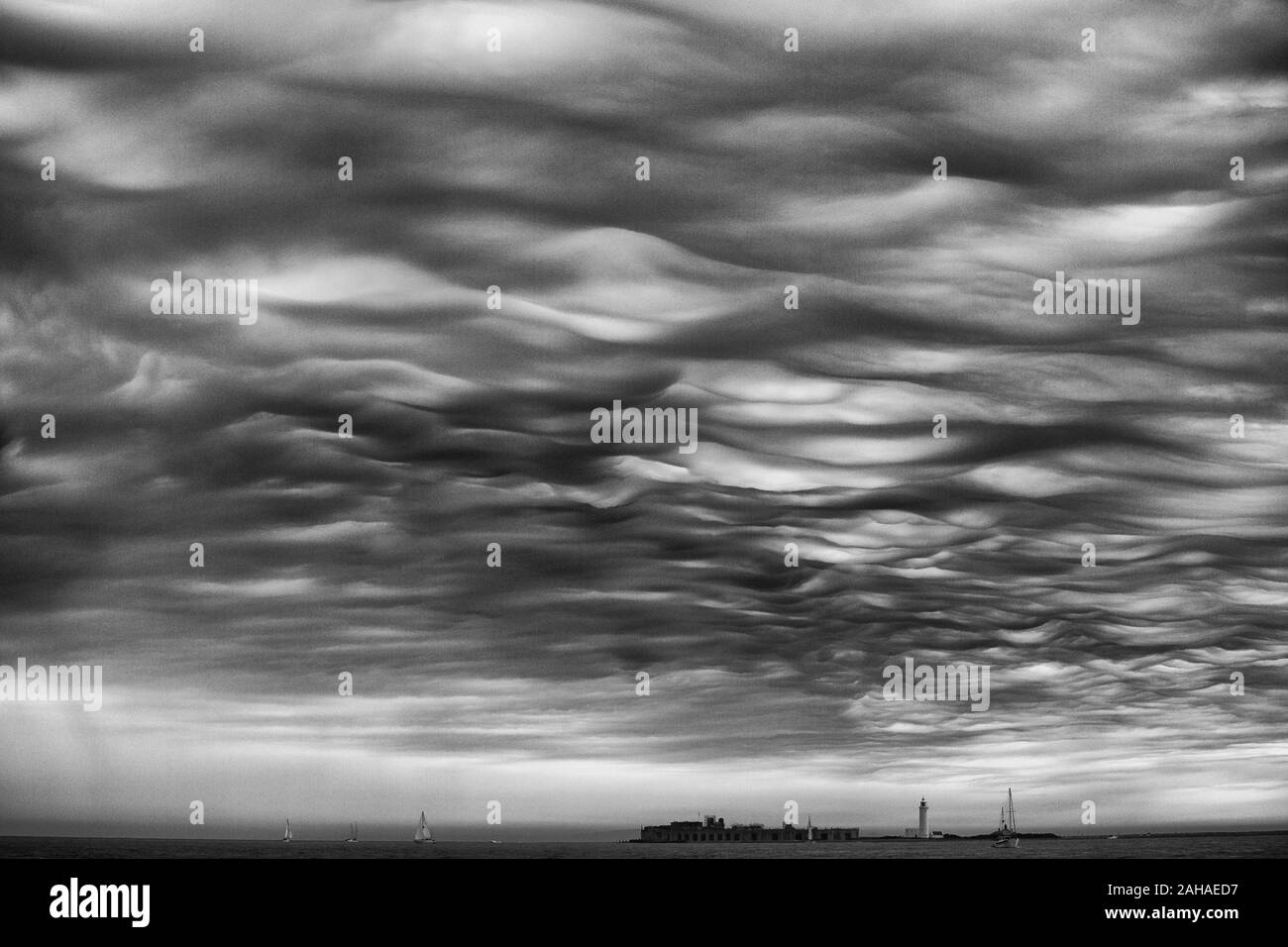 28.05.2017, Yarmouth, Isle of Wight, Great Britain - Thunderclouds over the Solent with view of Hurst Castle. 00S170528D093CAROEX.JPG [MODEL RELEASE: Stock Photo