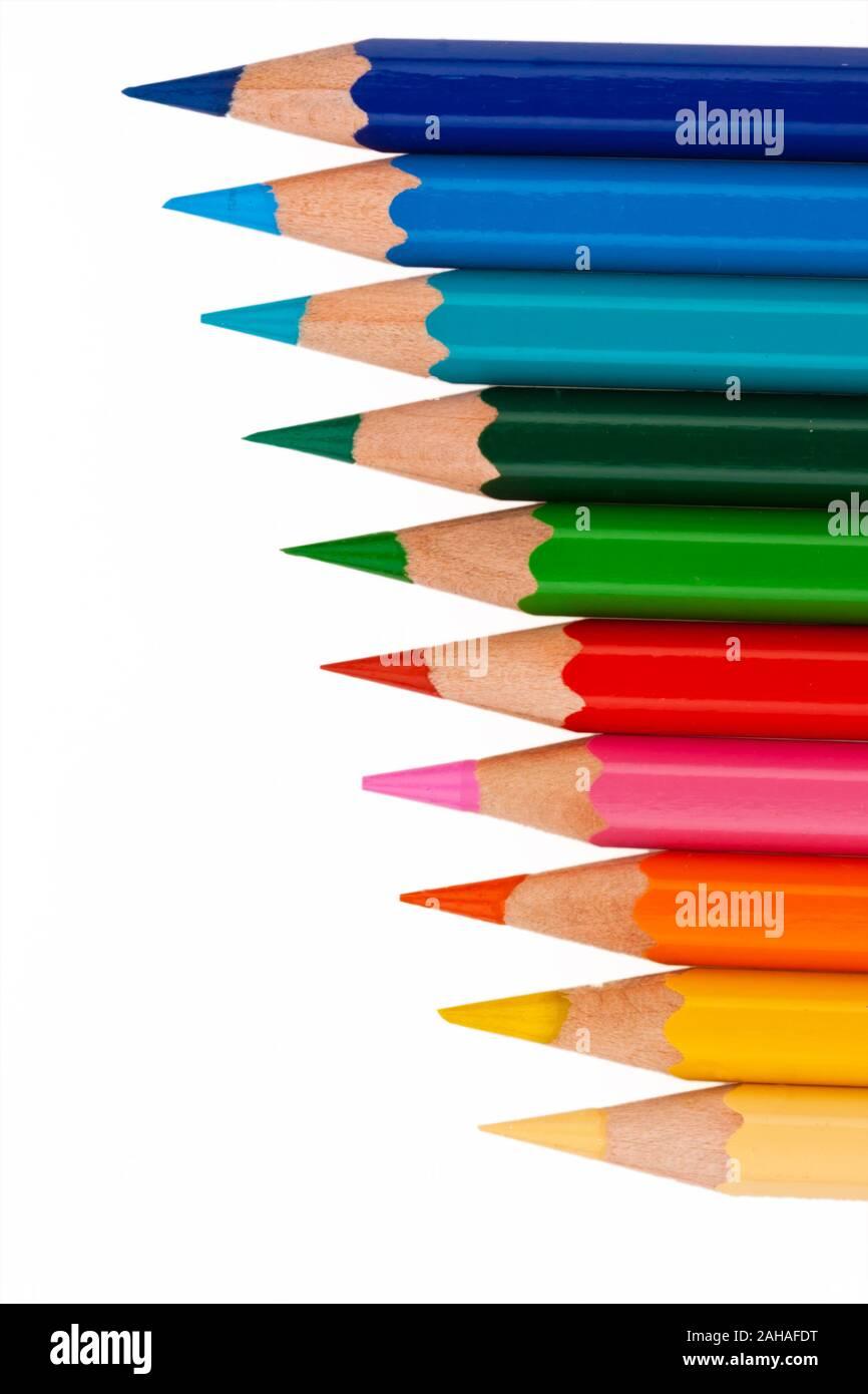 Viele verschiedene bunte Farbstifte vor weissem Hintergrund Stock Photo