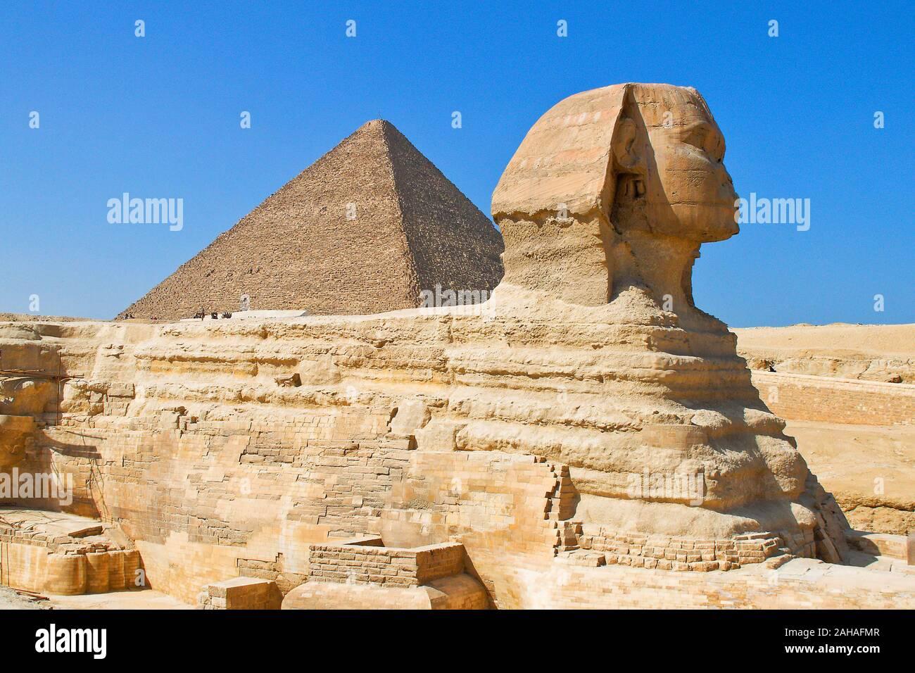 Die Grosse Sphinx Von Gizeh Mit Der Chephrenpyramide Agypten Stock Photo Alamy