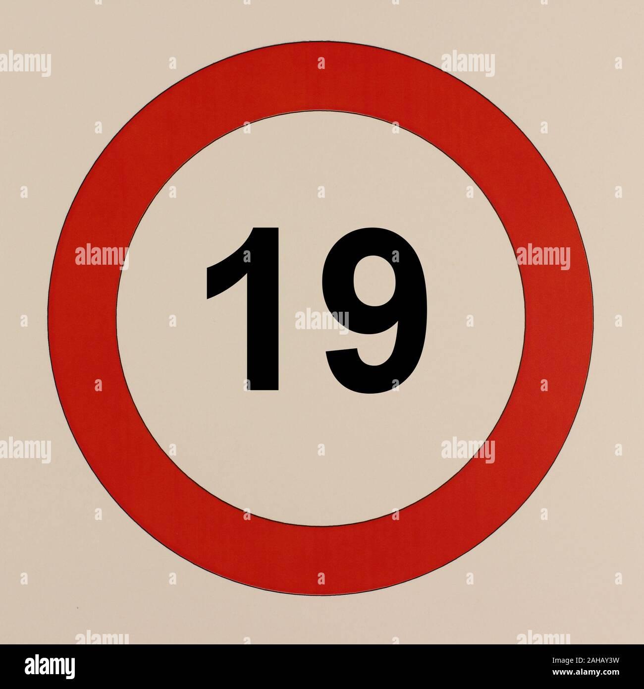Illustration der Zahl 19 in einem Straßenverkehrsschild Stock Photo