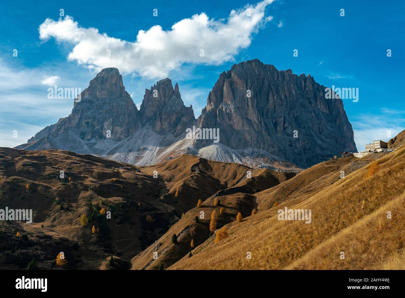 Scenic view of the Langkofel and Plattkofel mountains in the italian Dolomites seen from the Sella pass with the Mariaflora refugio in the background. Stock Photo