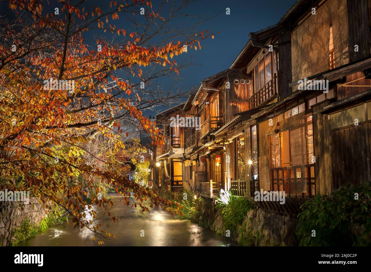A stream runs past old wooden houses on Shirakawa Dori in the Gion district of Kyoto, Japan Stock Photo